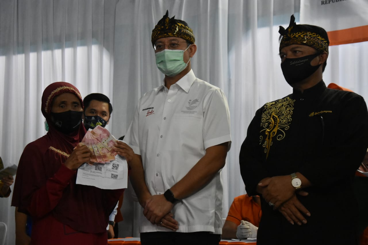 Menteri Sosial Pantau Tahap 3 Penyaluran BST di Jawa Barat