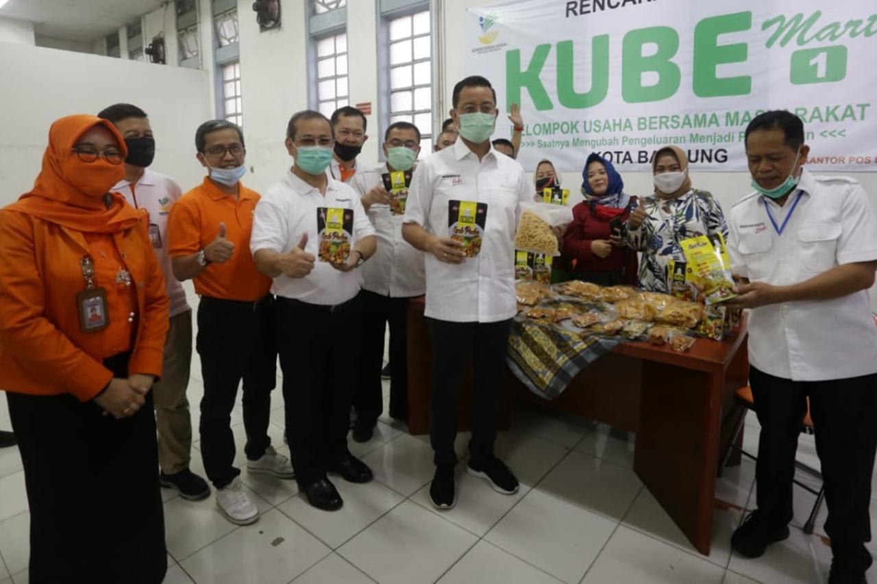 Mensos Tinjau Penyaluran BST di Kota Bandung