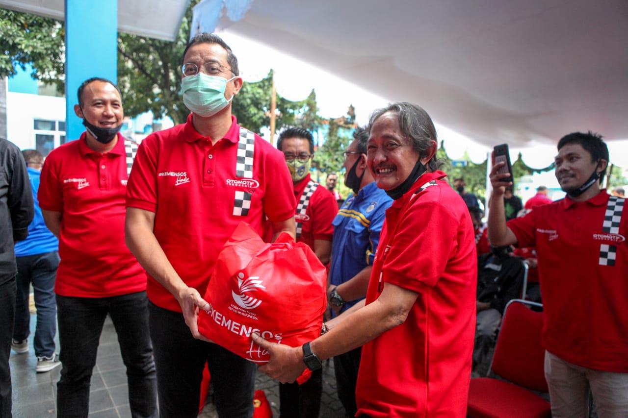 Kemensos Serahkan Bantuan Sembako kepada IMI Jawa Barat