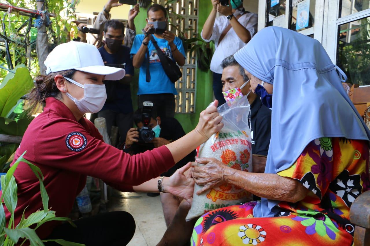 Penasihat Dharma Wanita Kementerian Sosial Menyambangi Penerima Manfaat