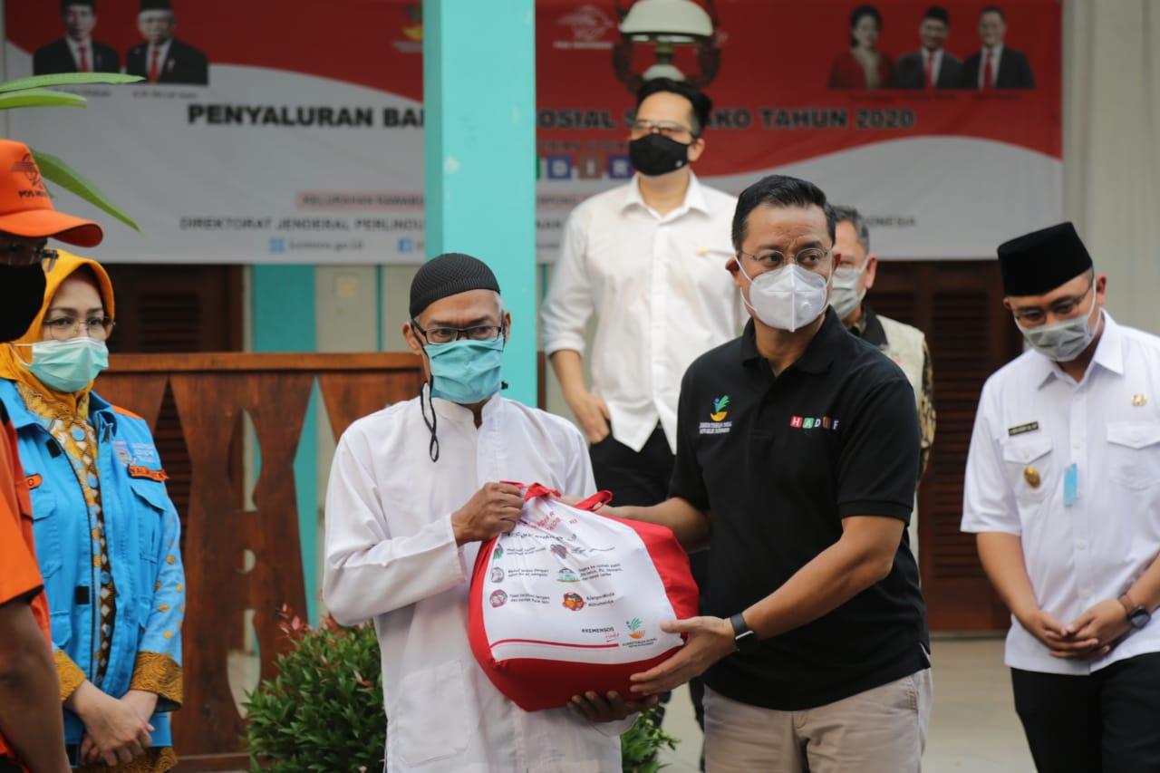 Kemensos Salurkan Bansos Sembako di Tangerang Selatan