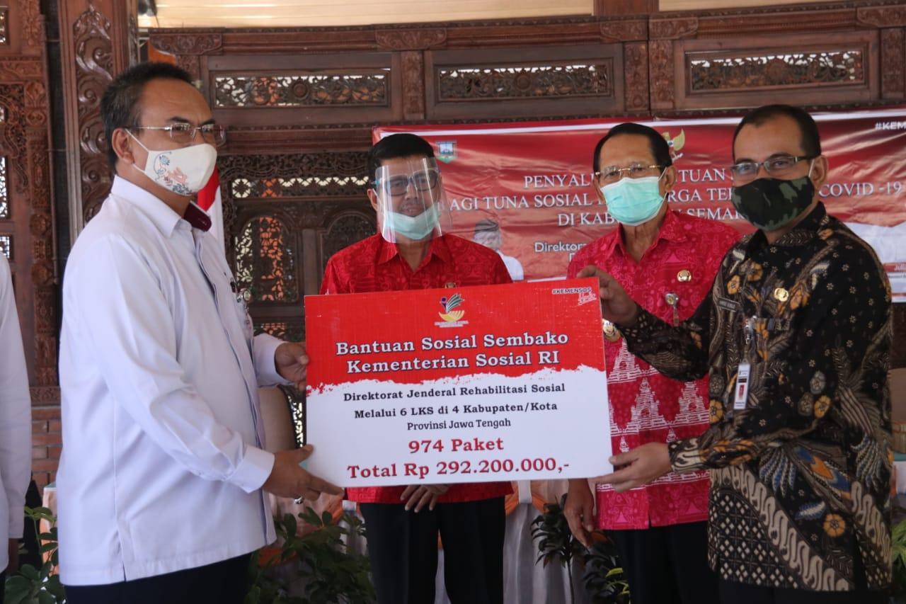 Salurkan Bansos Sembako di Jawa Tengah, Dirjen Rehsos Kunjungi Komunitas Pemulung