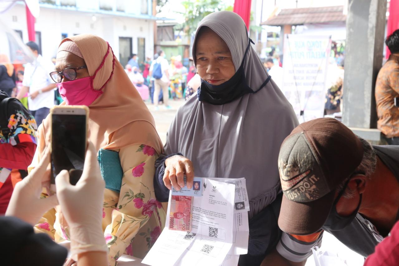 Menteri Sosial Pantau Langsung Penyaluran BST Kemensos di Sukabumi