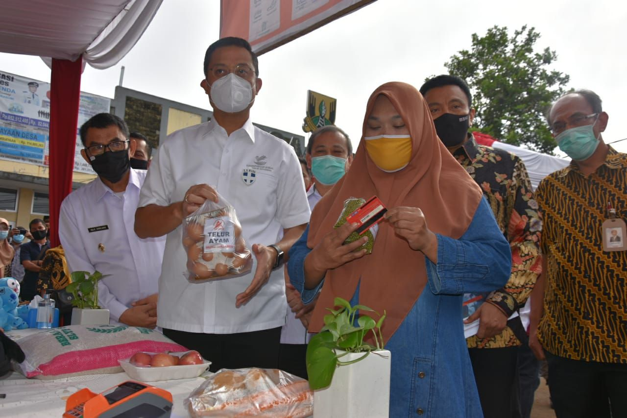 Minister of Social Affairs Visits Distribution of Phase III BST in Sukabumi Regency
