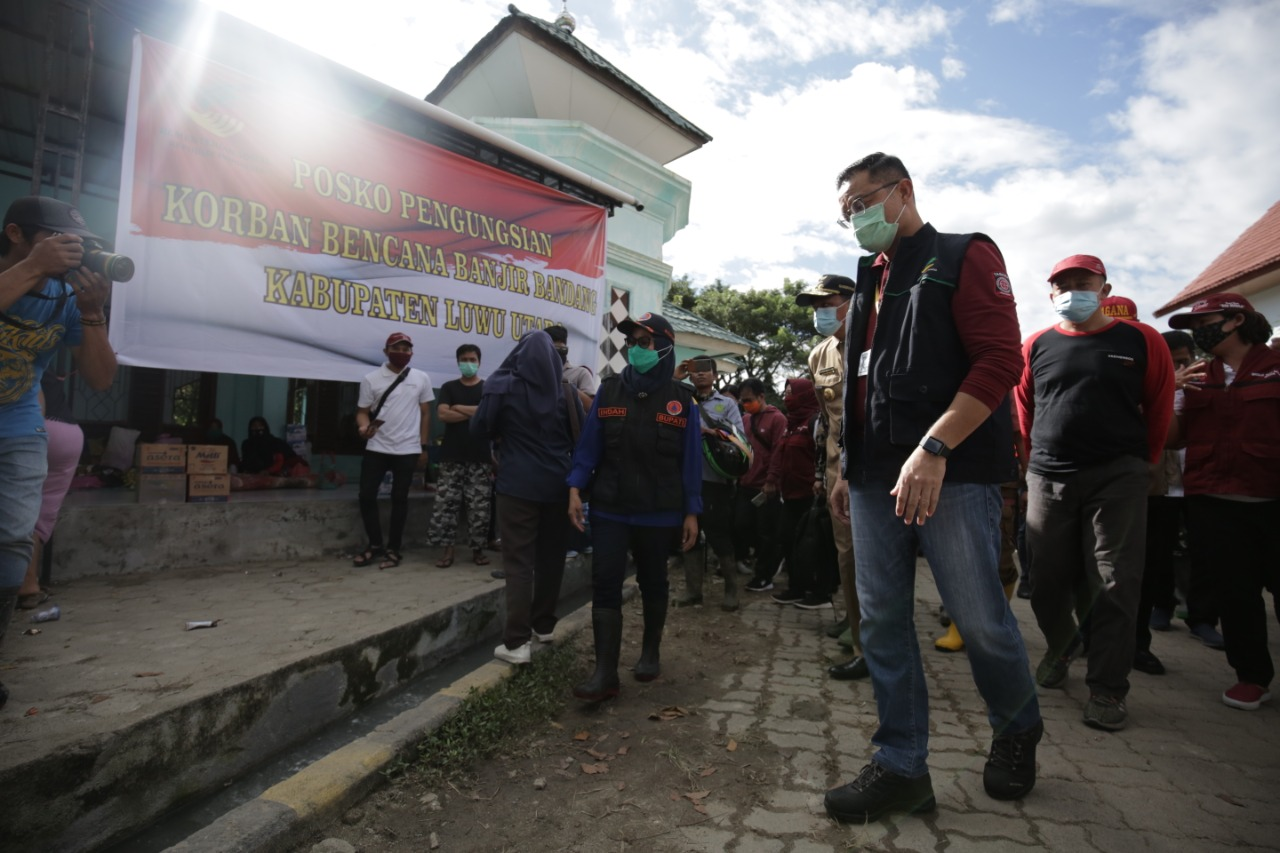 Mensos Kunjungi Korban Banjir Masamba, Bawa Bantuan 2 Miliar Rupiah