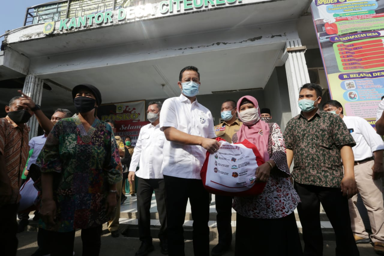 The Minister of Social Affairs Monitor the Distribution of Grocery Social Assistance and Cash Social Assistance in Bogor Regency