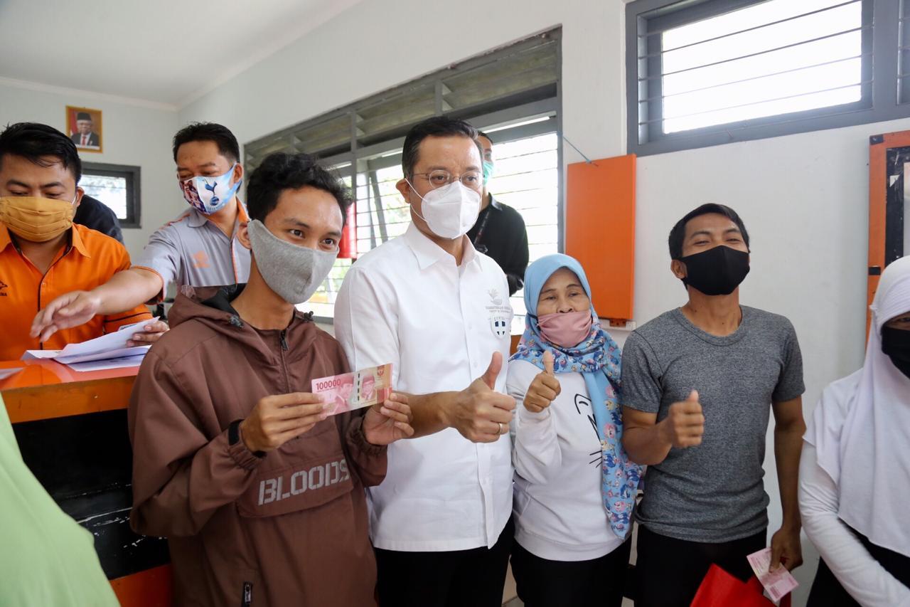 Mensos Tinjau Penyaluran BST di Cigombong