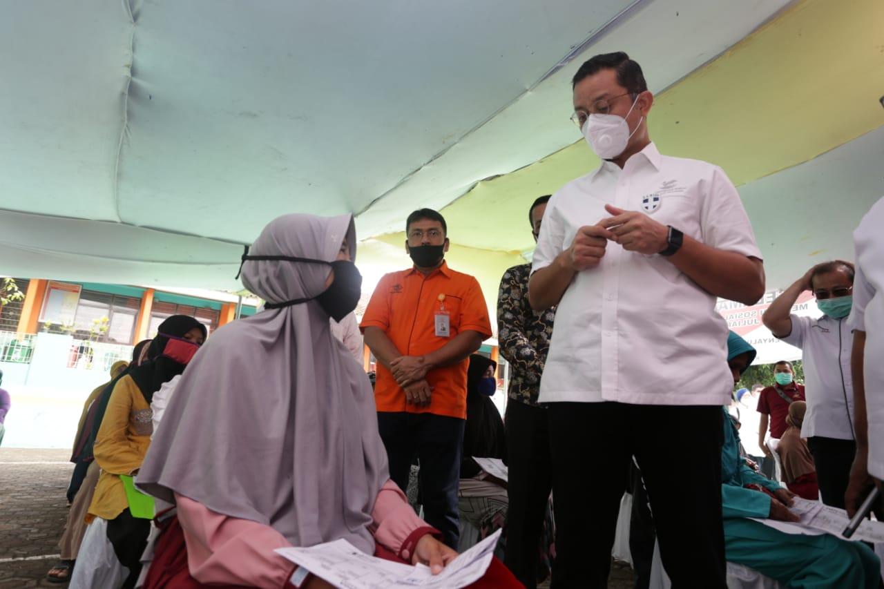 Mensos Tinjau Pencairan BST di Sukabumi
