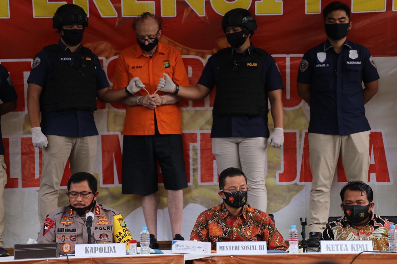 Social Minister Attends Press Conference on Arrest of Child Predators