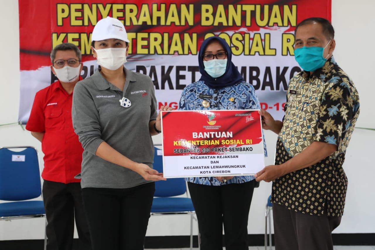 Penasihat Dharma Wanita Kemensos RI Salurkan Bansos di Cirebon