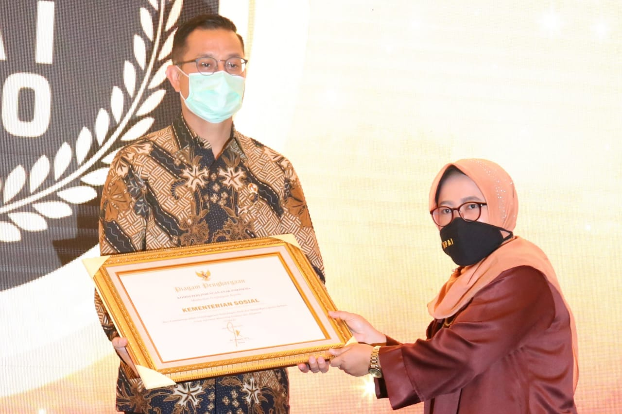 Ministry of Social Affairs Receives Award from Indonesian Child Protection Commission