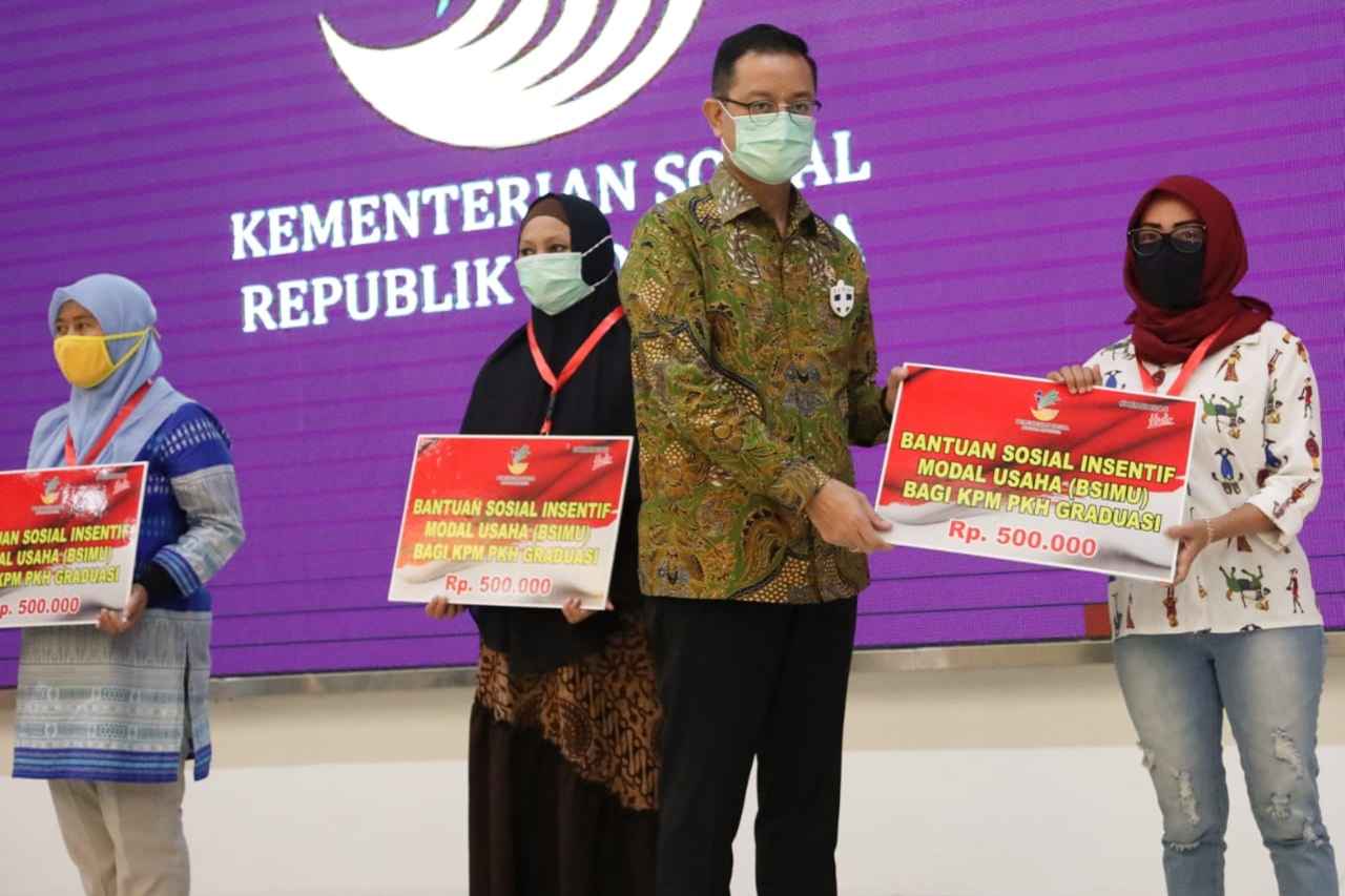 Ministry of Social Affairs Provides Social Assistance for Business Capital for KPM PKH Graduasi