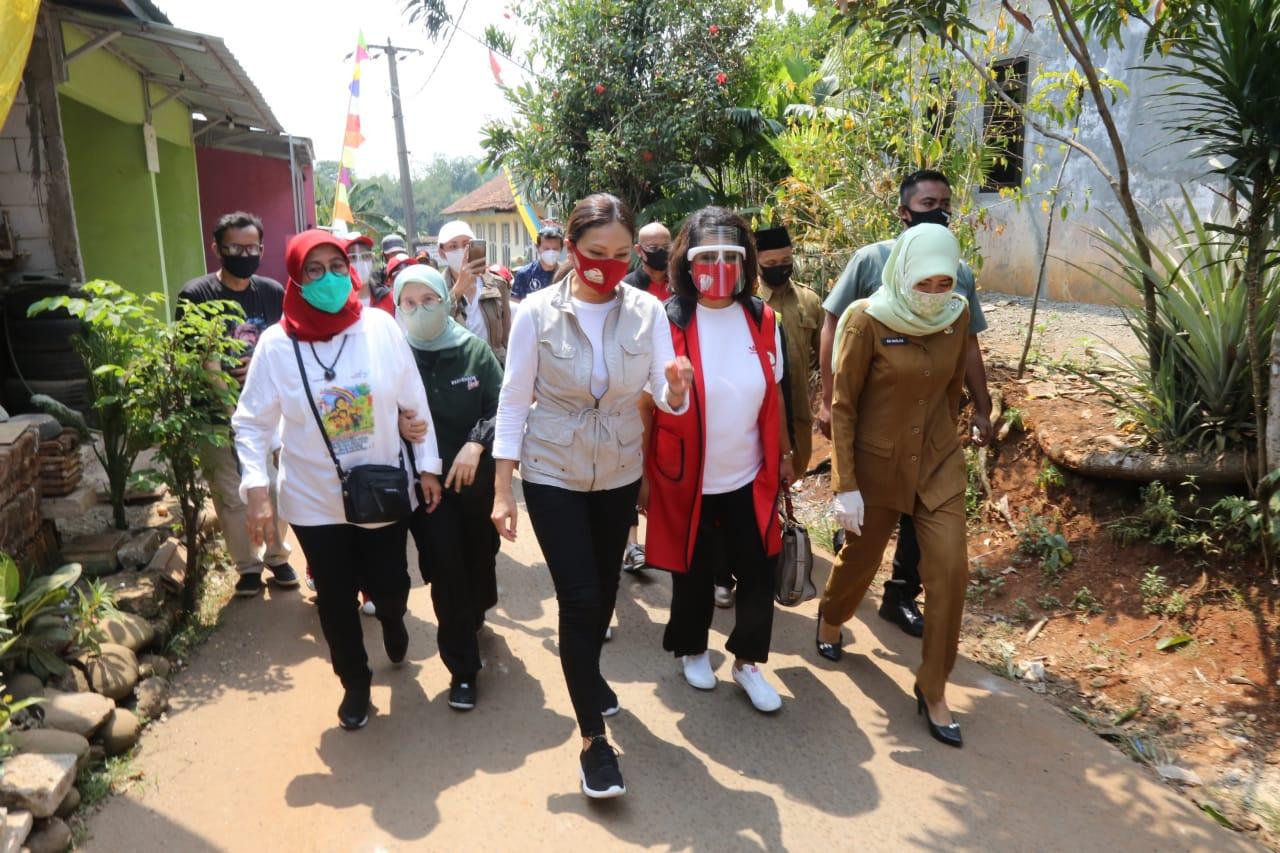 Penyaluran Paket Sembako untuk Warga Kemang