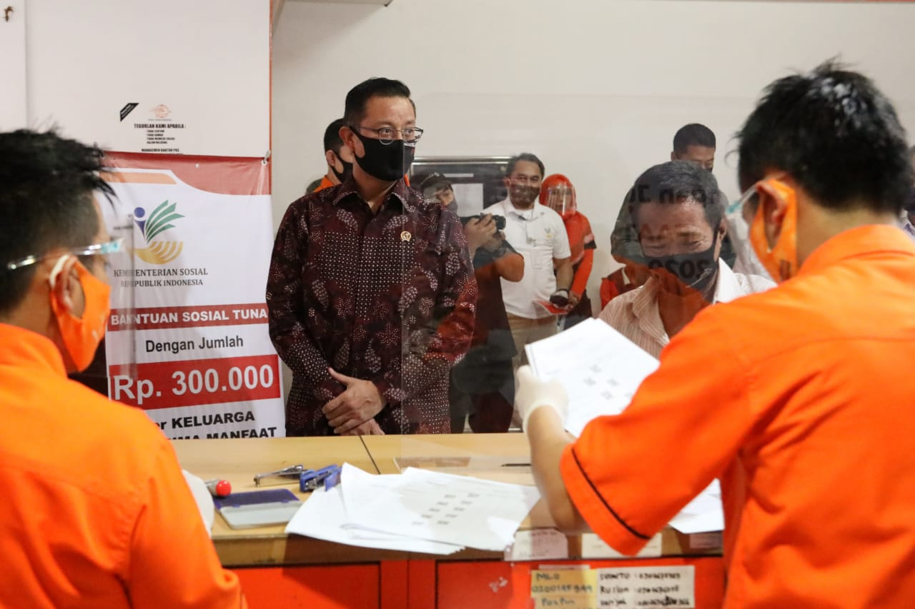 Minister of Social Affairs Monitors BST Distribution in Cikutra