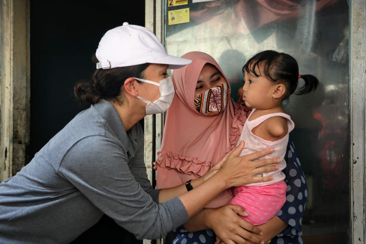 Salurkan Sembako di Ciputat, Grace Ajak Warga Selalu Peduli Sesama