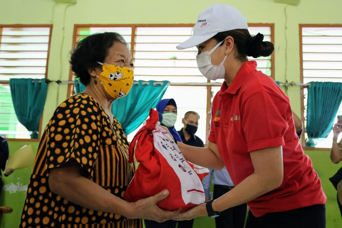 Penasihat Dharma Wanita Kemensos RI Salurkan Bansos di Ciracas
