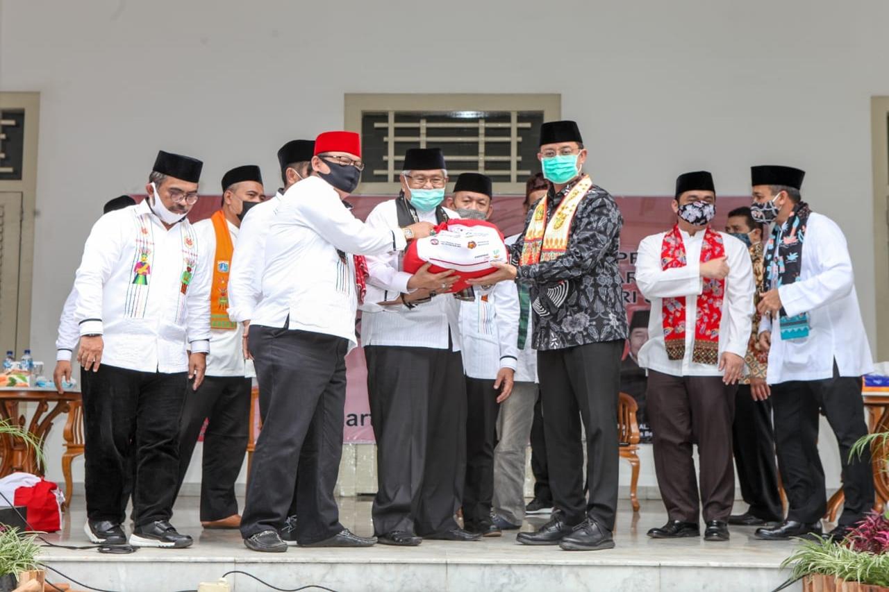 Kemensos Serahkan 5000 Paket Bansos Sembako kepada Bamus Betawi