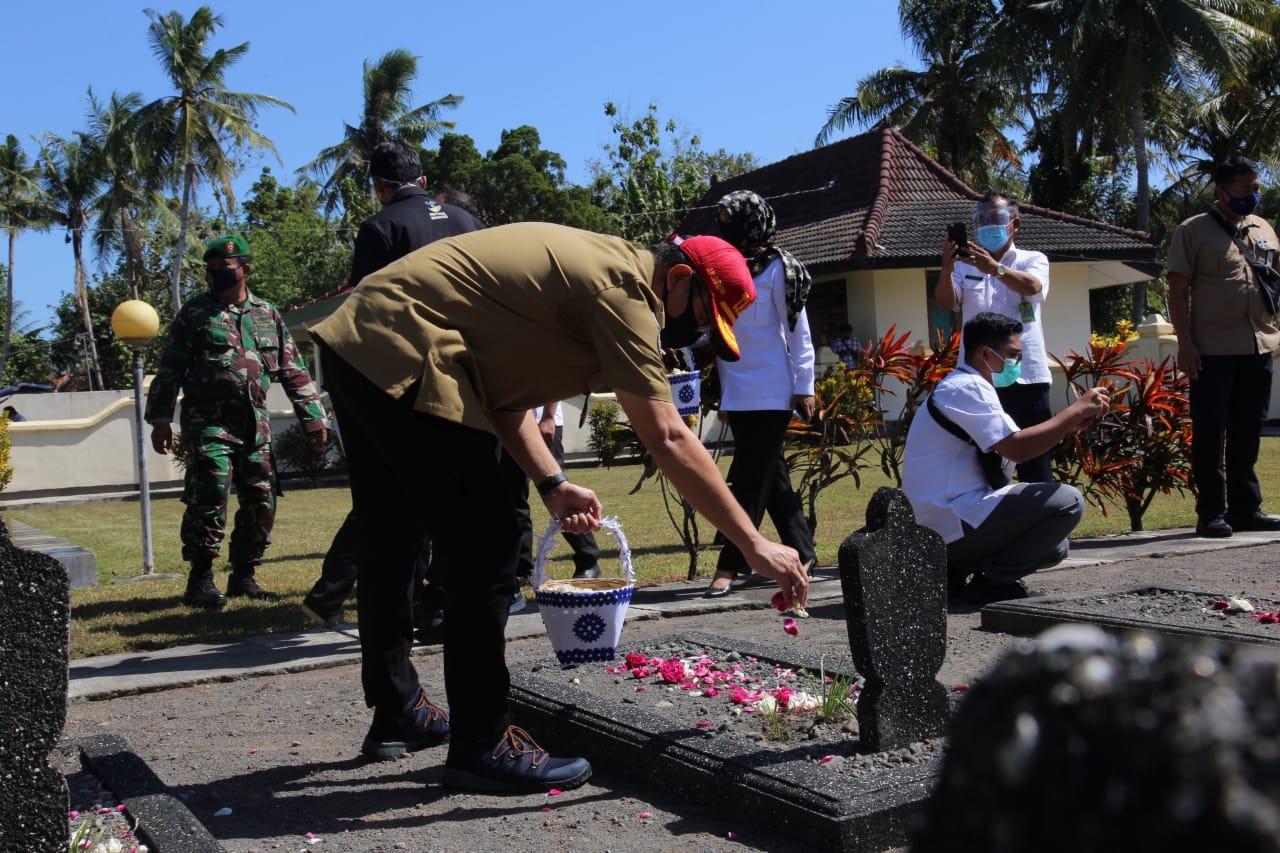 Mensos Ziarah ke TMP Kabupaten Kulon Progo