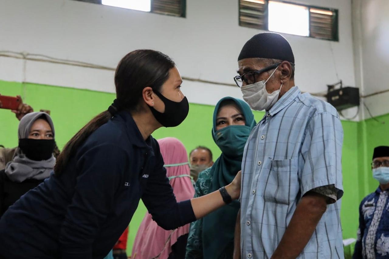 Penasihat Dharma Wanita Kemensos RI Distribusikan Bansos di Sukamelang