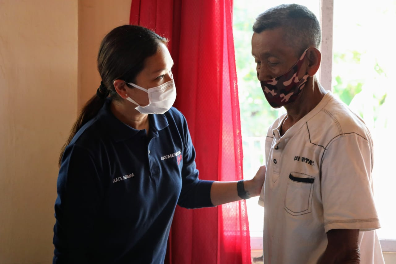 Penasihat Dharma Wanita Kemensos RI Distribusikan Bansos di Sukamulya