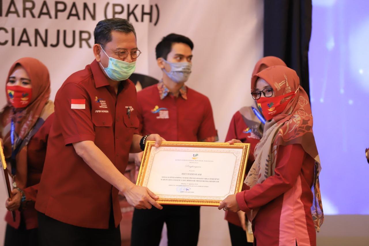 Bangga, Pendamping PKH Antarkan KPM Dampingannya Diwisuda