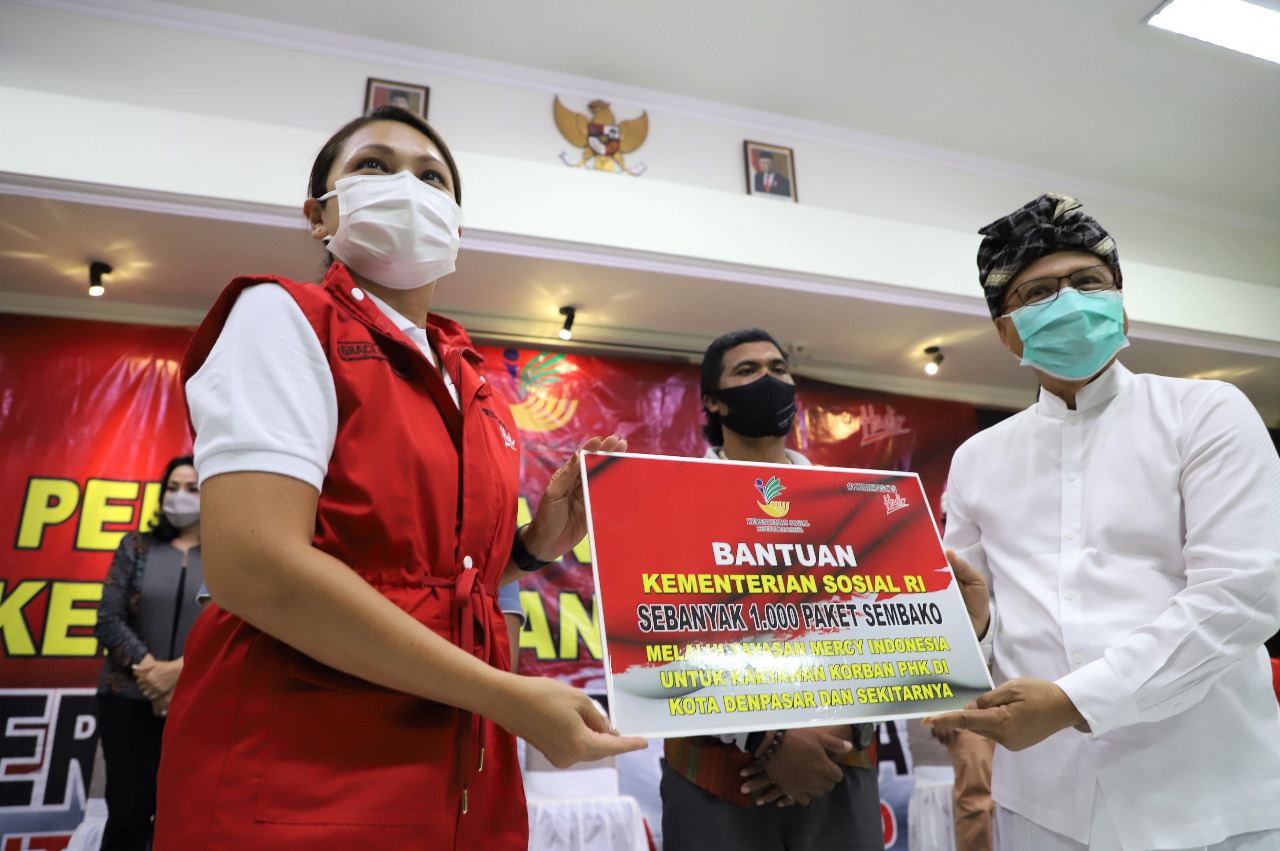 Kecerian Warga Bali Mendapatkan Bansos Sembako Kemensos Hadir