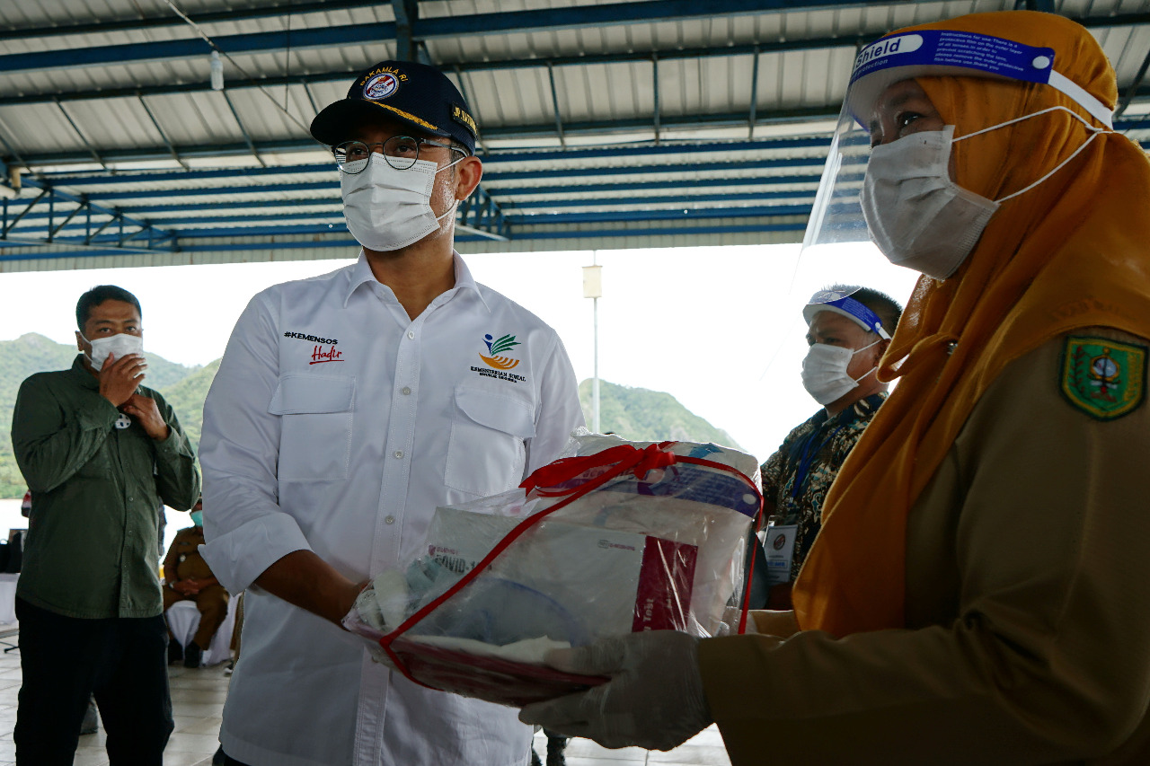 Social Minister Meets Natuna Community, Distributes BST for Handling the Impact of COVID-19