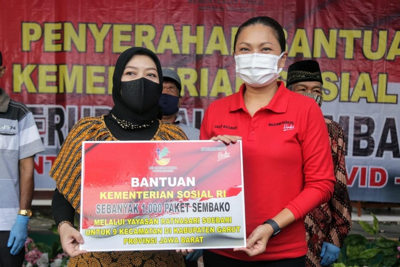 Kunjungi Garut dan Indramayu, Penasihat Dharma Wanita Kemensos Salurkan Bansos Kemanusiaan