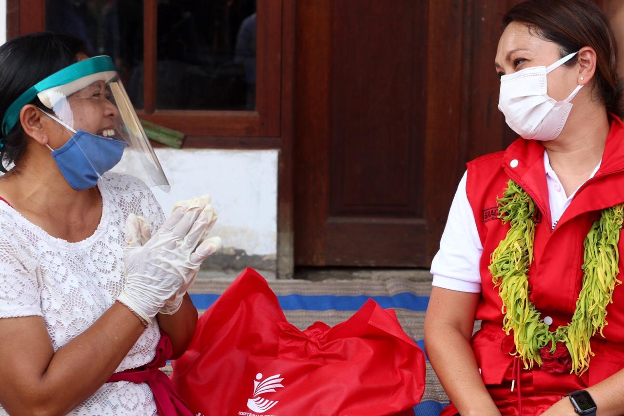Penasihat Dharma Wanita Kemensos RI Serahkan Bansos di Bali