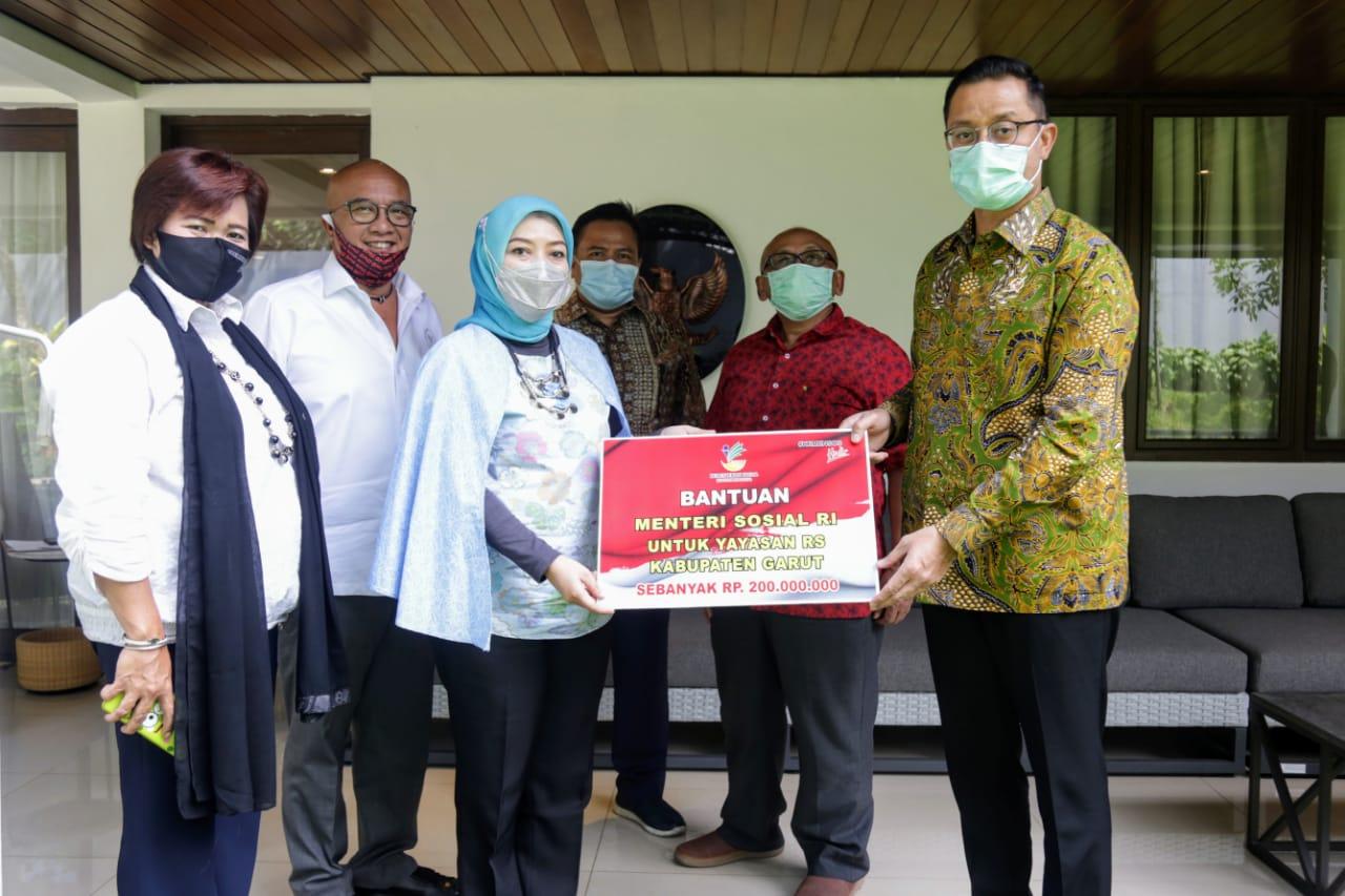 Mensos Serahkan Bansos Sembako bagi Kabupaten Garut
