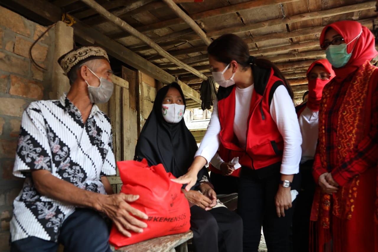 Gandeng Yayasan, Penasihat DWP Kemensos Salurkan Sembako di Ogan Ilir