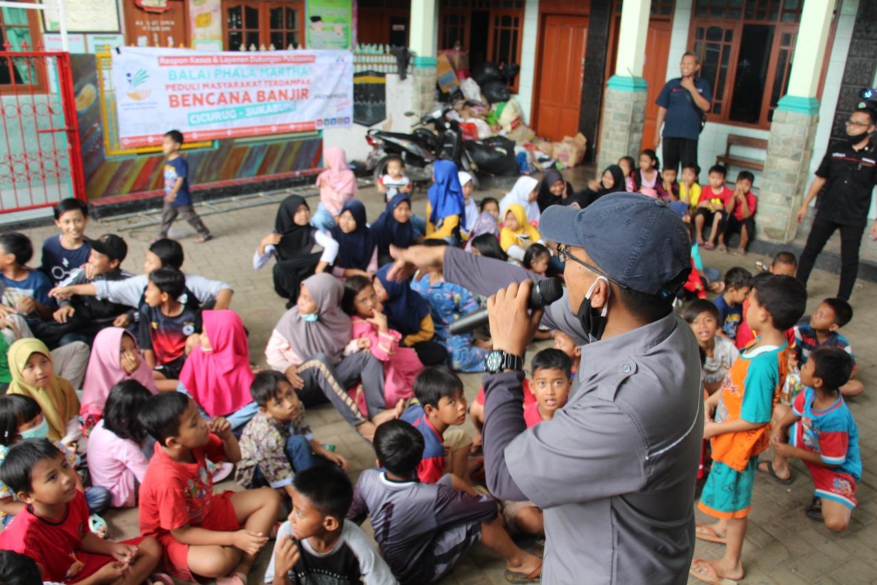 Kemensos Hadir Berikan Bansos dan Layanan Psikososial bagi Korban Banjir