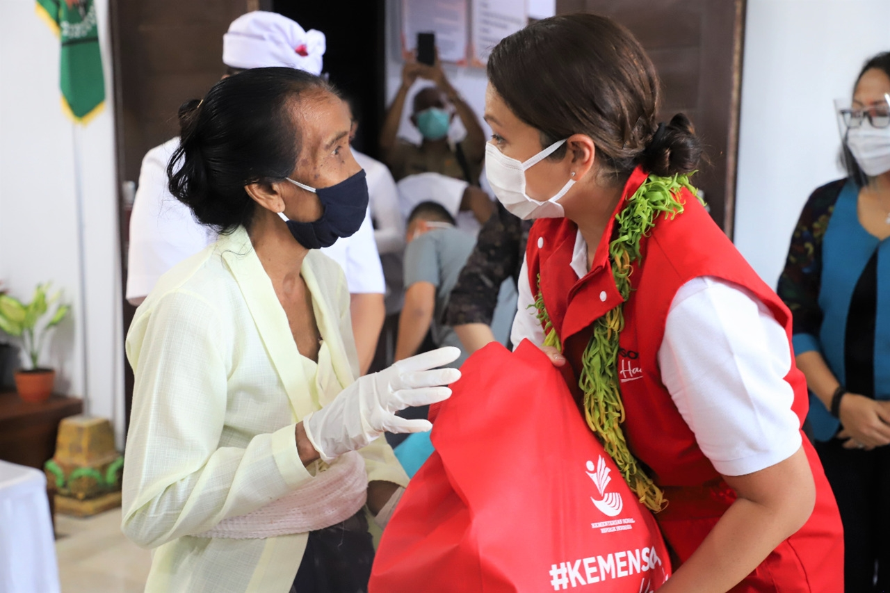 Keceriaan Warga Bali Mendapatkan Bansos Sembako Kemensos Hadir