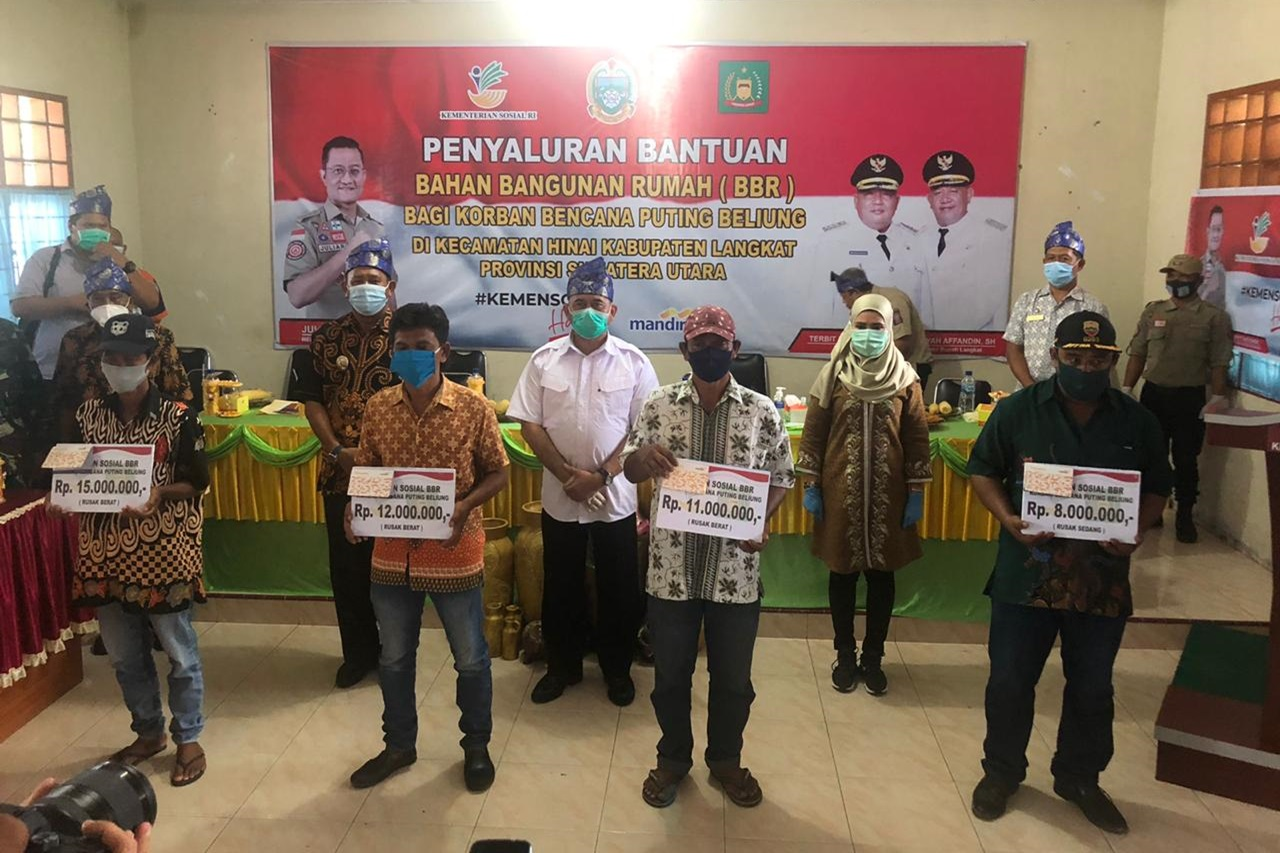 87 Victims of Tornado Langkat Received Social Assistance from the Ministry of Social Affair   Social Affairs