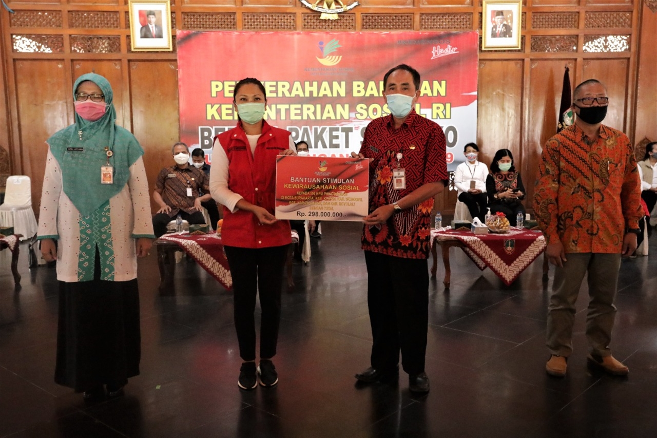 Kemensos Salurkan 2000 Paket Sembako untuk Panti Asuhan di Surakarta
