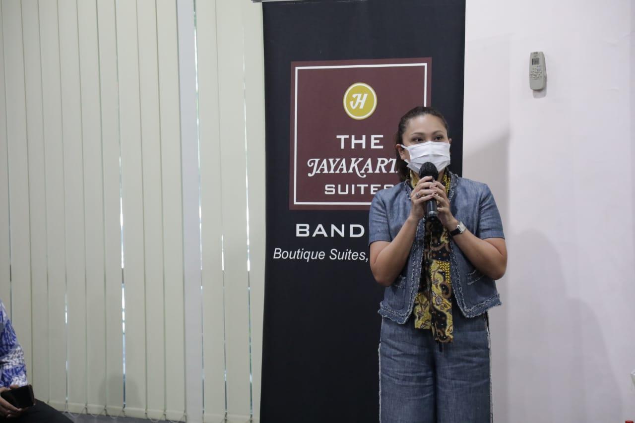 Penasihat DWP Kemensos Salurkan Bansos Bagi Pegawai Hotel Terdampak COVID-19 di Bandung