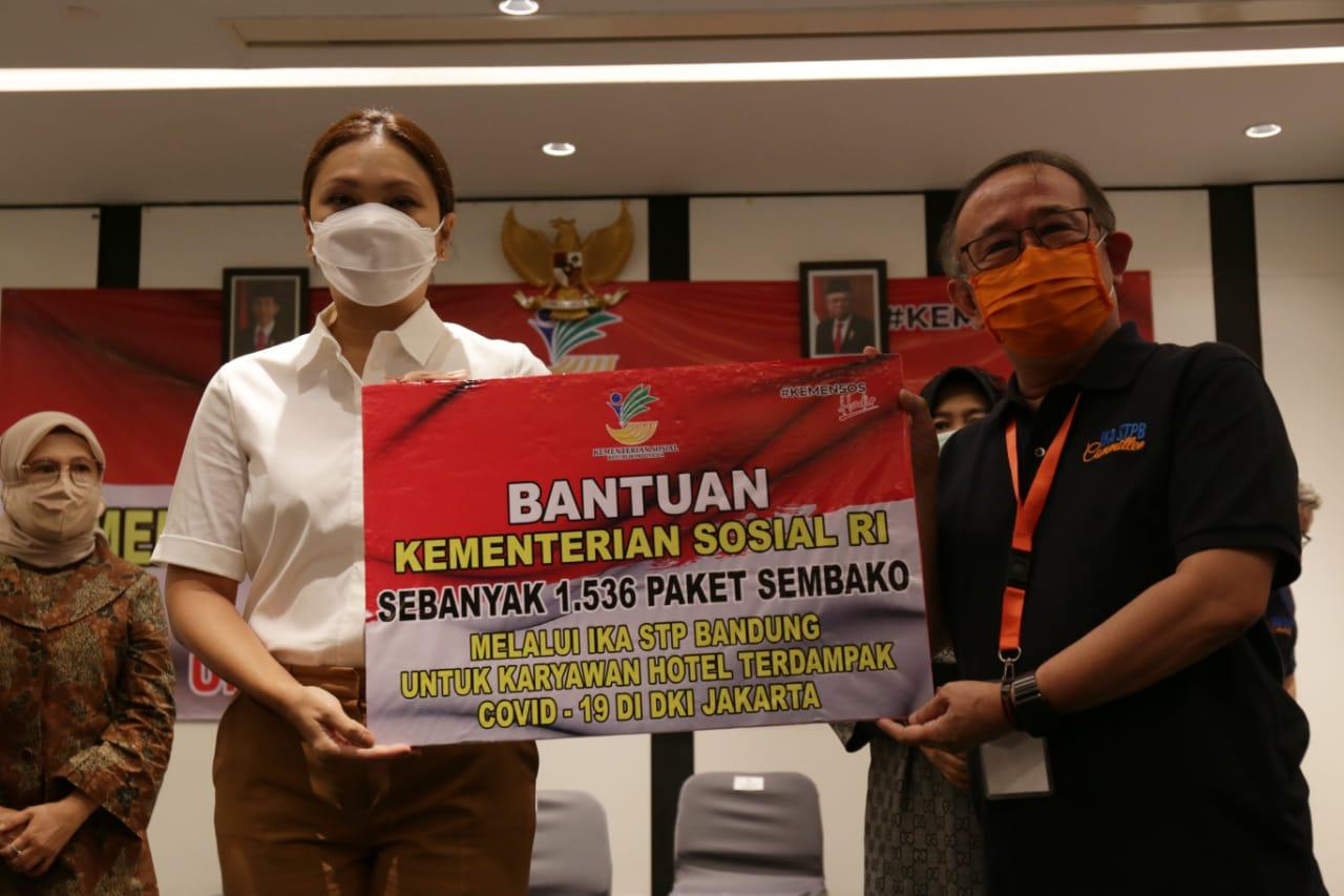Penasihat DWP Kemensos Salurkan Banpres Bagi Pegawai 32 Hotel di Jakarta