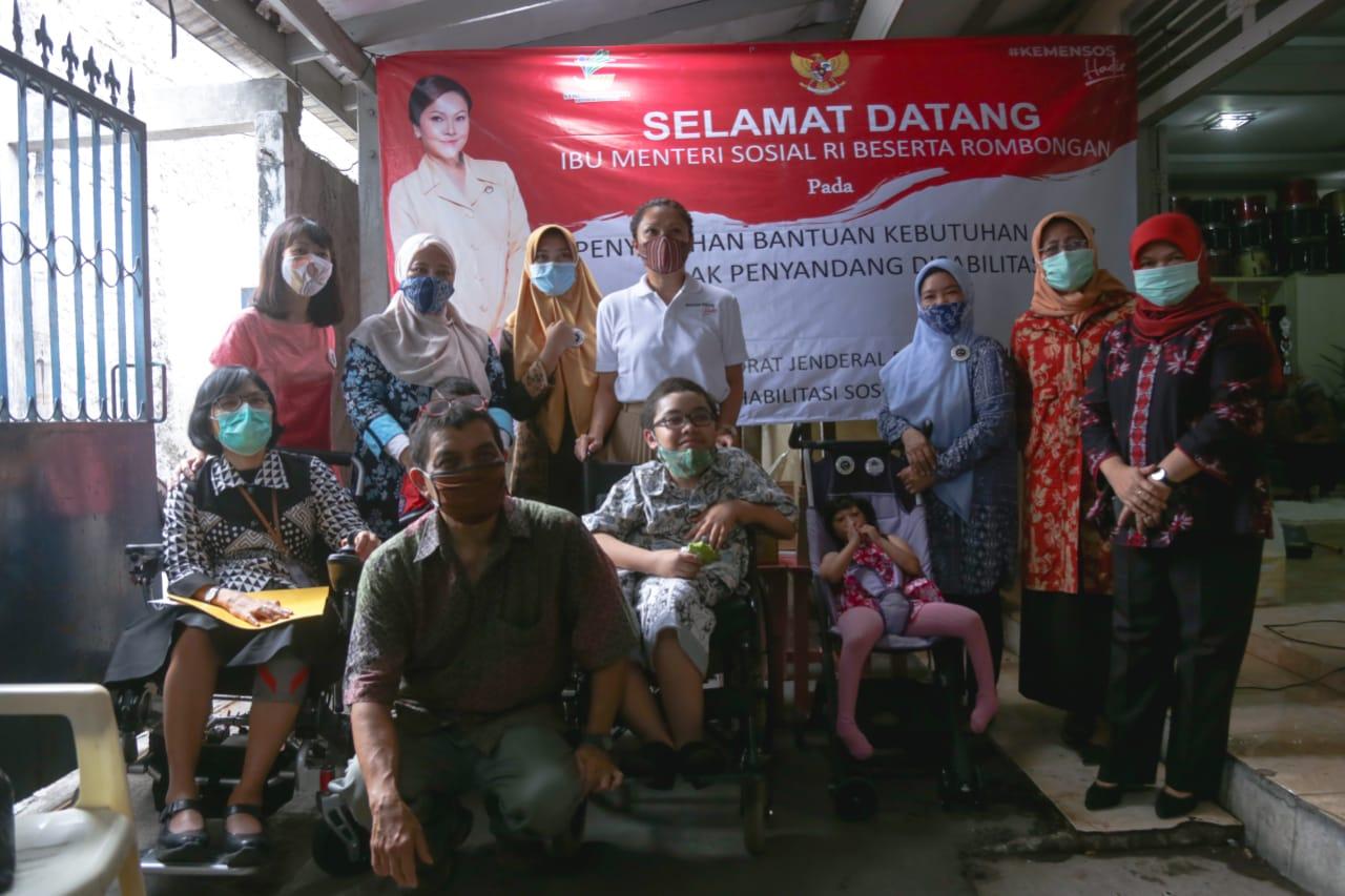 Penasihat DWP Kemensos Salurkan Bansos Sembako dan Alat Bantu Penyandang Disabilitas