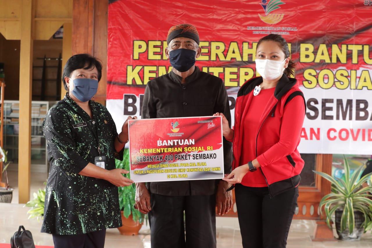 Penasihat DWP Kemensos Salurkan Bantuan kepada Kelompok Adat Samin