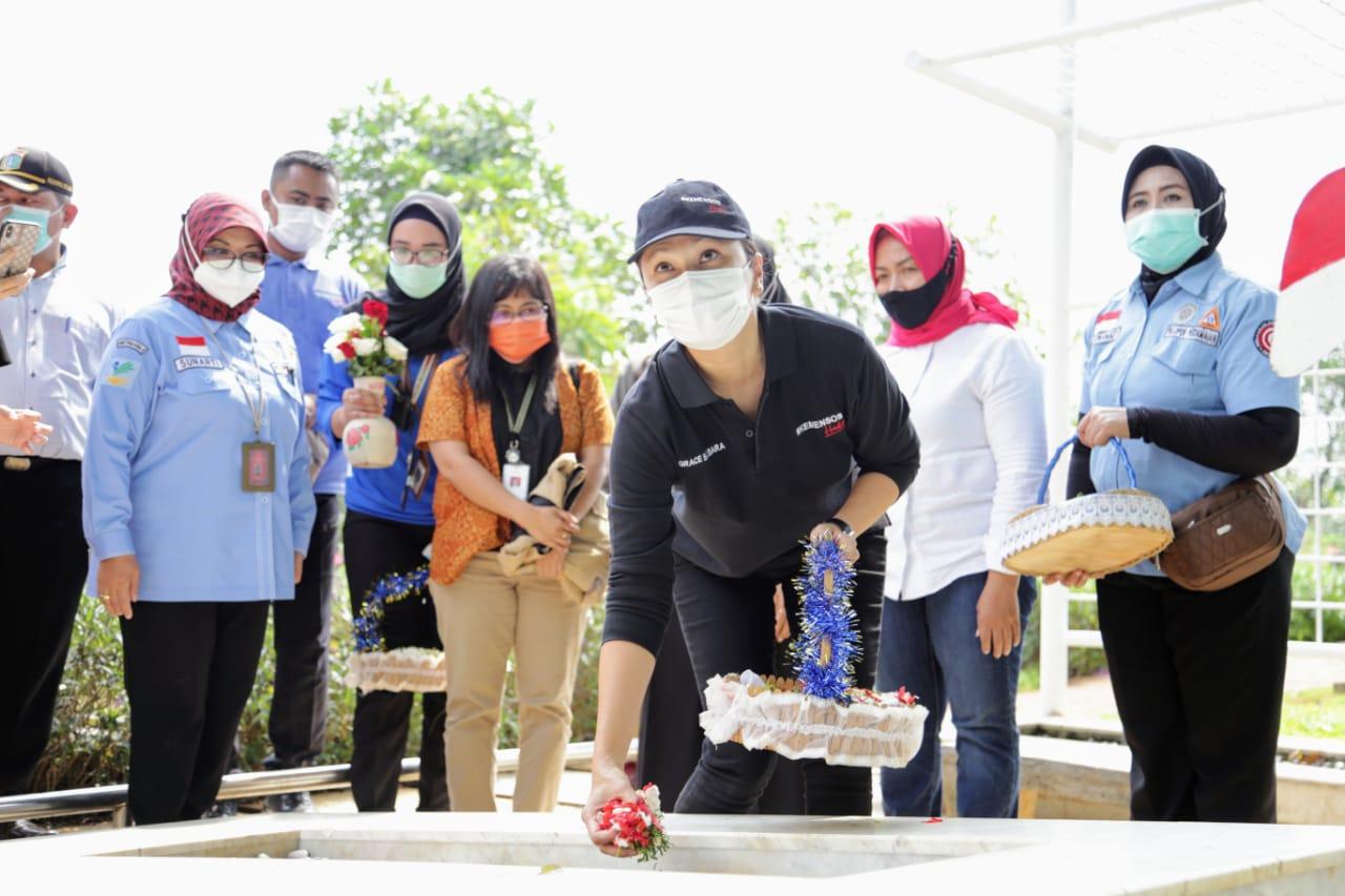 Penasihat DWP Kemensos Salurkan Bansos bagi Petugas Pelayanan Makam