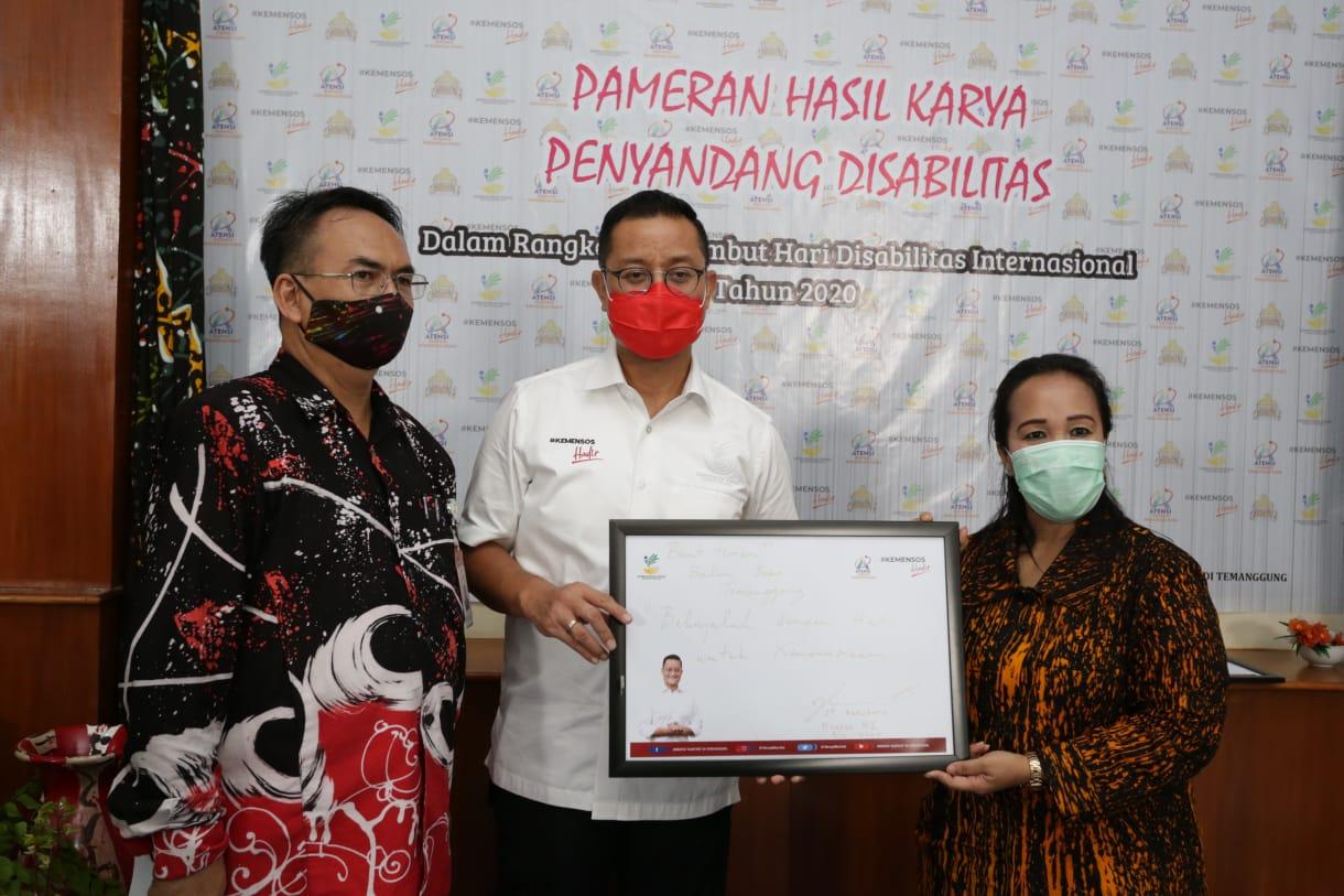 Mensos Borong Batik Ciprat Karya Penyandang Disabilitas