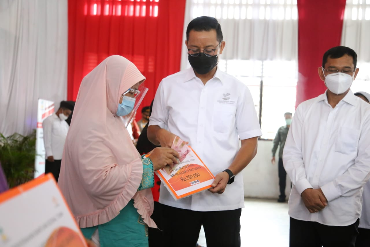 Along the Trans-Sumatra Route, the Minister of Social Affairs Ensures Communities Affected by COVID-19 Receive Assistance