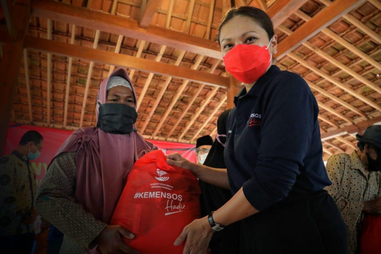 Penasehat DWP Kemensos RI Berikan Bantuan Sosial di Yogyakarta