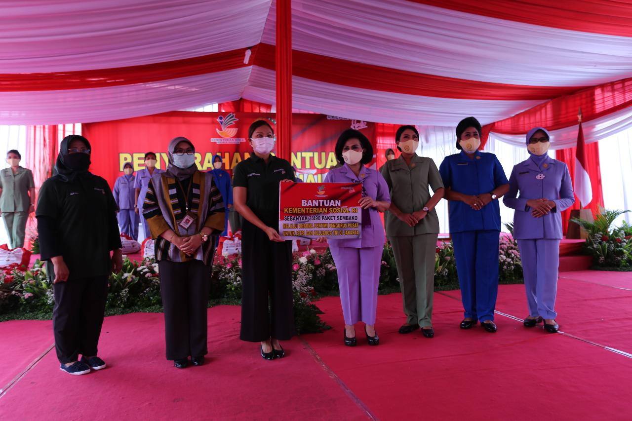 Salurkan 3.490 Paket, DWP: Semoga Nambah Semangat Bagi Istri TNI