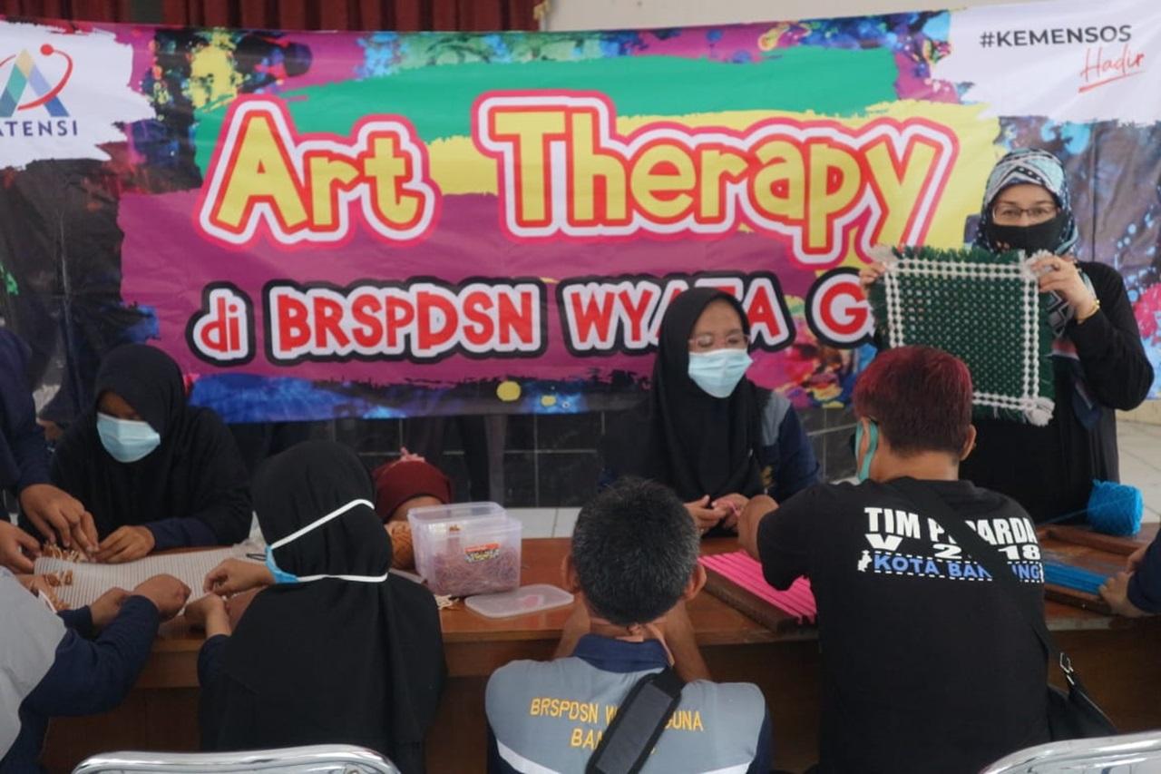 """ATENSI melalui Terapi Seni bagi Penerima Pelayanan """"Wyata Guna"""" Bandung"""