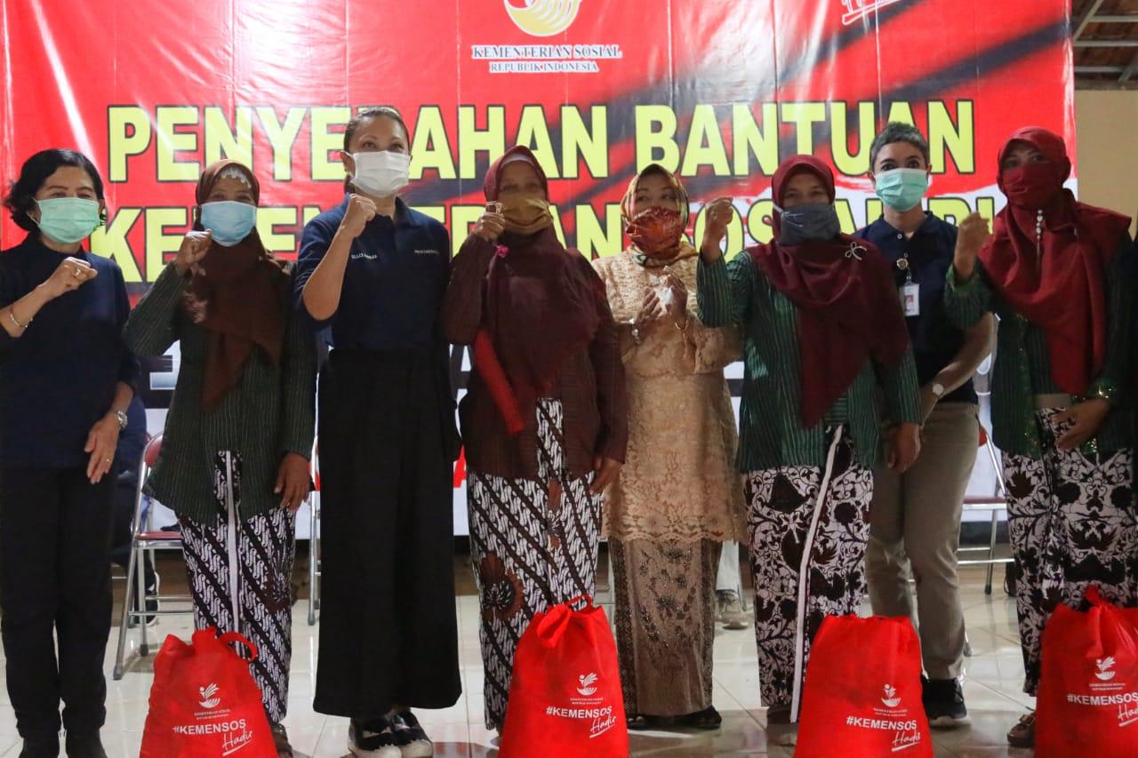 Penasihat DWP Kemensos Salurkan Ribuan Paket Sembako Melalui 13 Yayasan