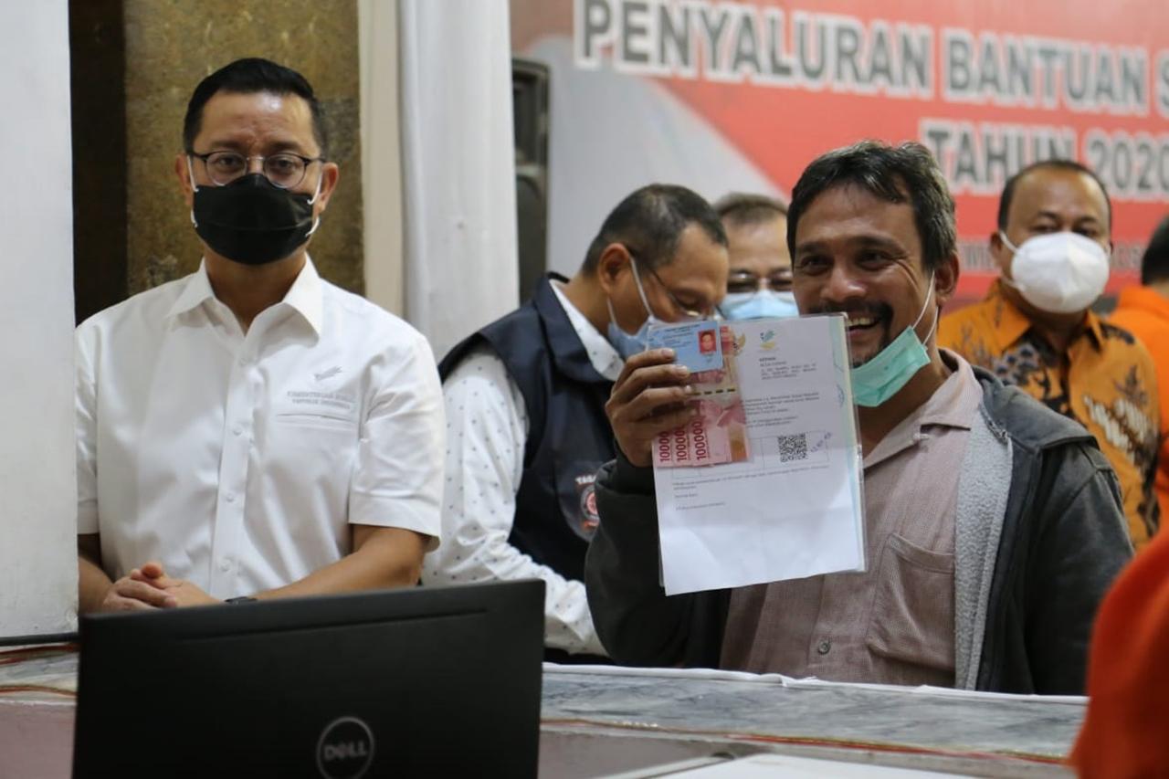 Mensos Juliari Awasi Penyaluran BST di Medan