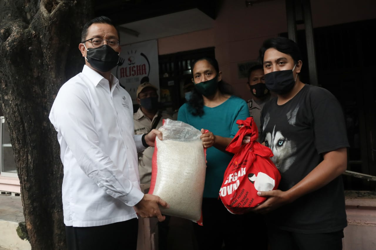 Minister of Social Affairs Distributes Basic Food Assistance in Various Corner of DKI Jakarta