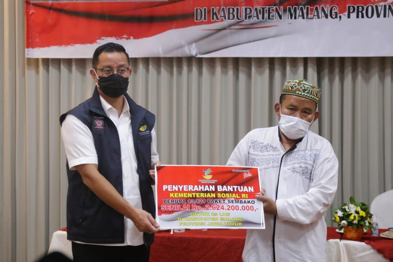 Mensos Salurkan Paket Sembako bagi LKS di Malang