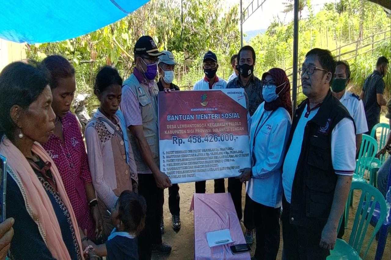 Ministry of Social Affairs Distributes 458 Million Aid to Lembantongoa Residents
